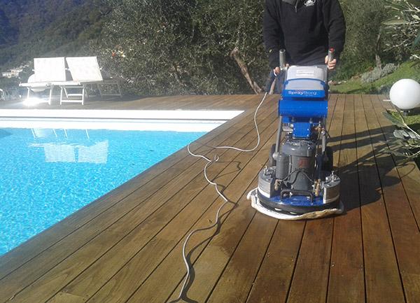 Pulizia pavimento legno piscina