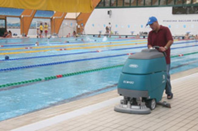 Pulizia pavimento con Tennant T3 a bordo piscina