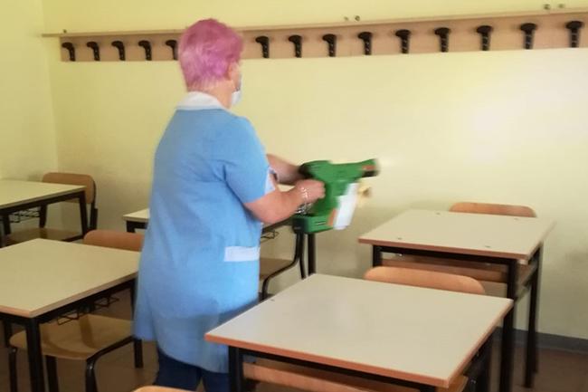 Operatore scolastico disinfetta aula con Victory